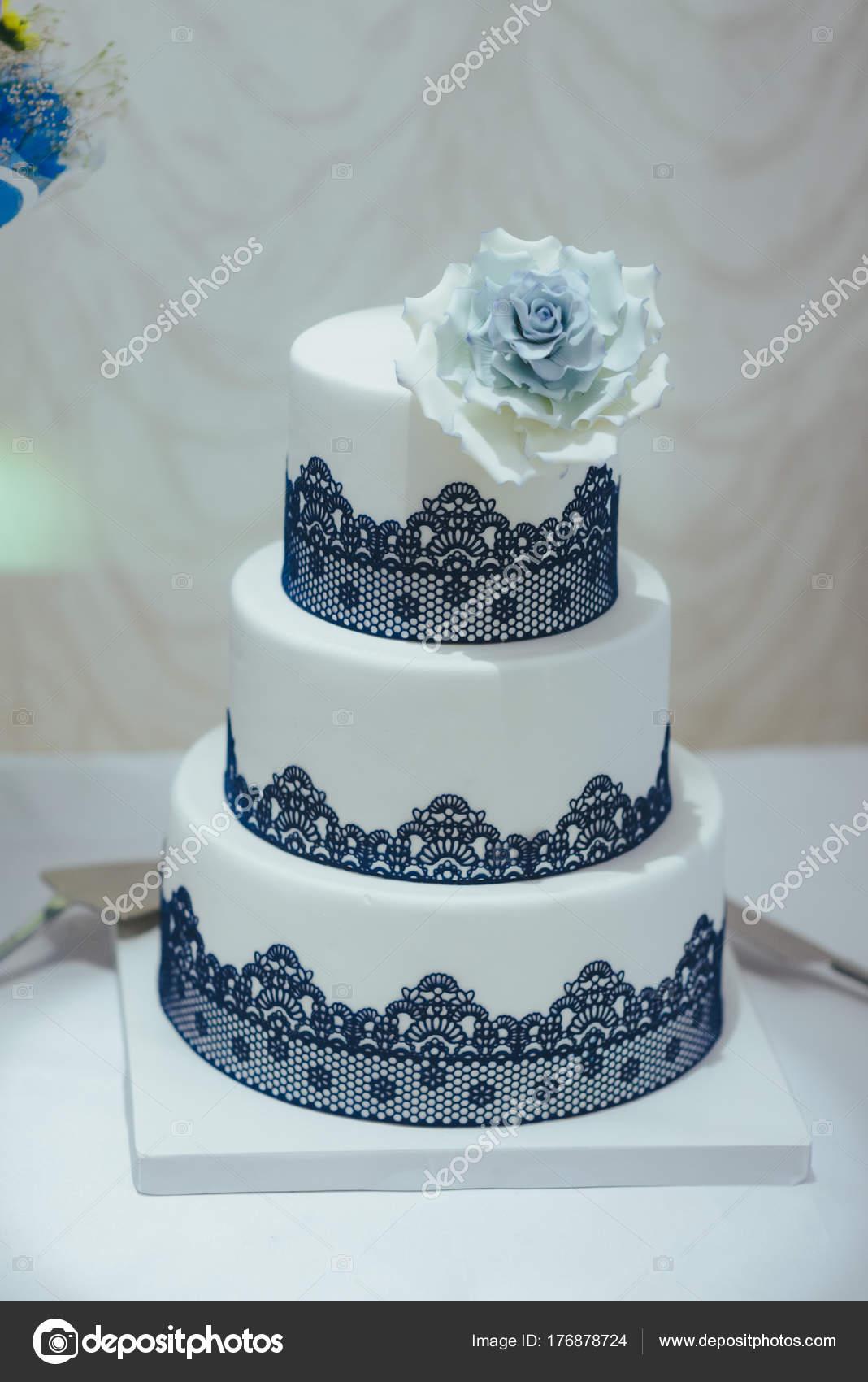 Blaue Hochzeitstorte Dekoriert Mit Weissen Blumen Stockfoto C Azz
