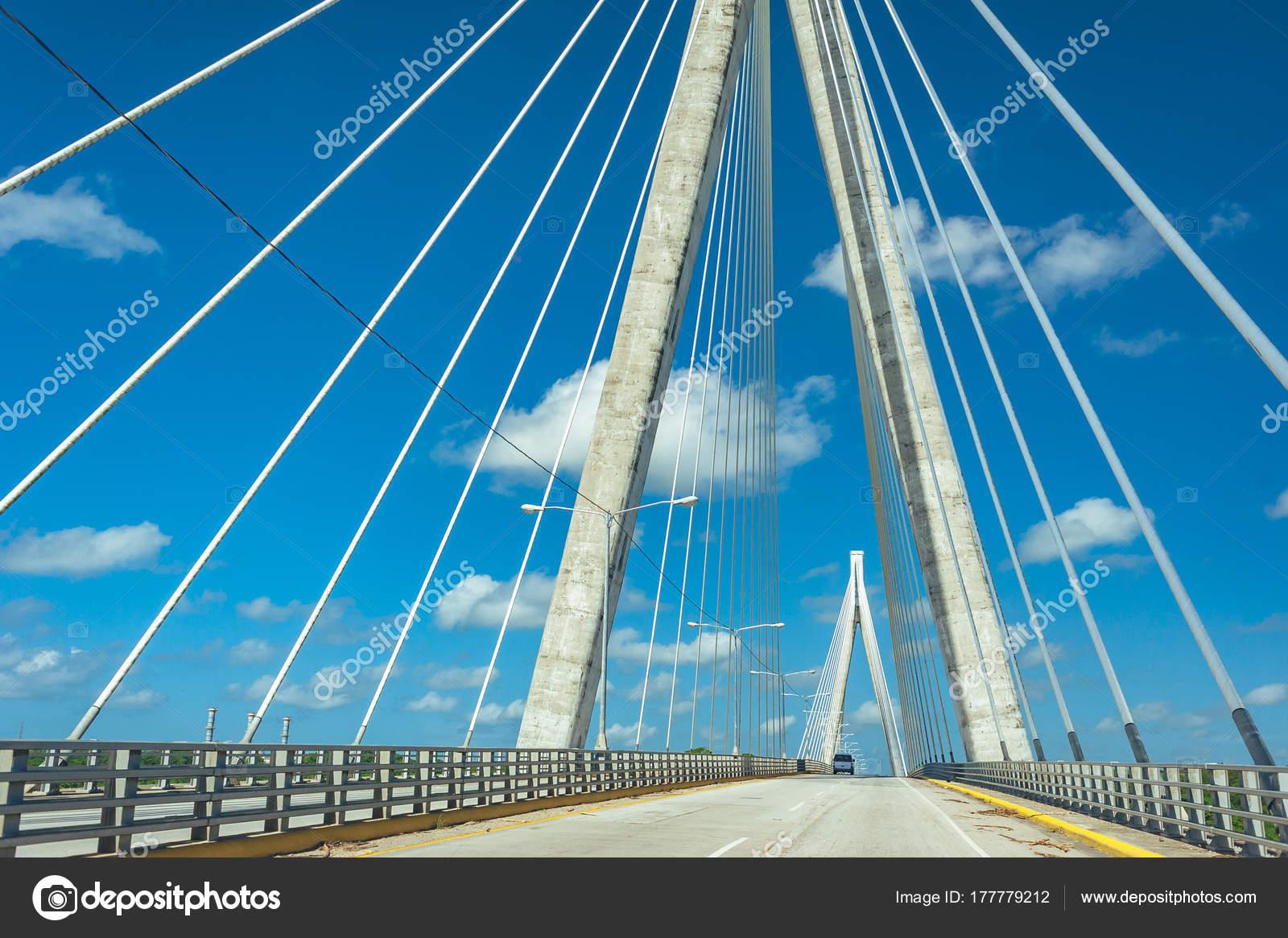 Struttura a ponte bianco meraviglioso sopra il cielo blu chiaro mauricio baez bridge un ponte - Stock uno alicante ...
