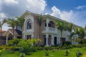 Schöne moderne Villa im Sommer