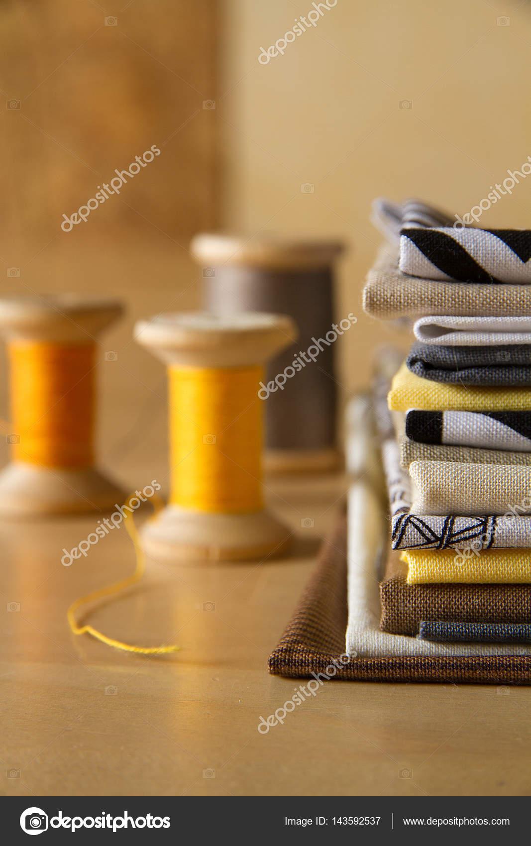 Vintage Spulen und einen Stapel von Textil mit modern gestylten ...