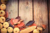 kukuřice na rustikální dřevěný stůl