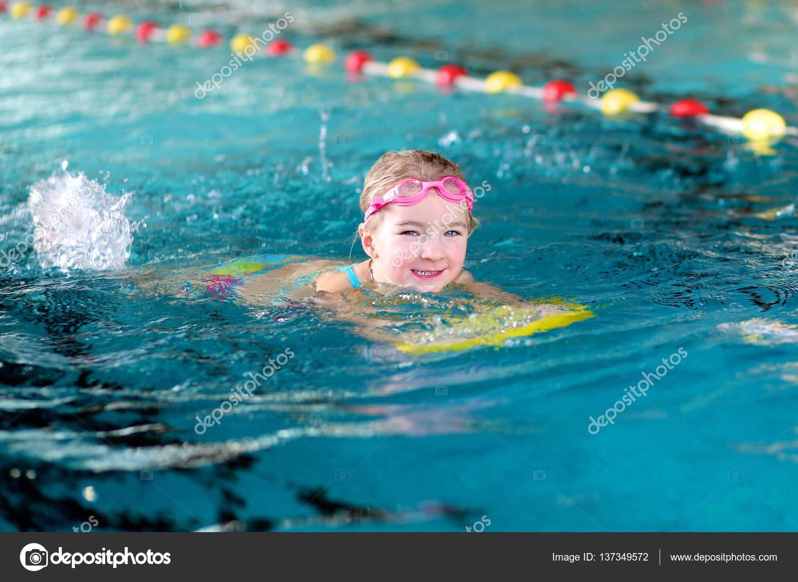 Ni a de nadador en la piscina fotos de stock cromary for Fotos follando en la piscina
