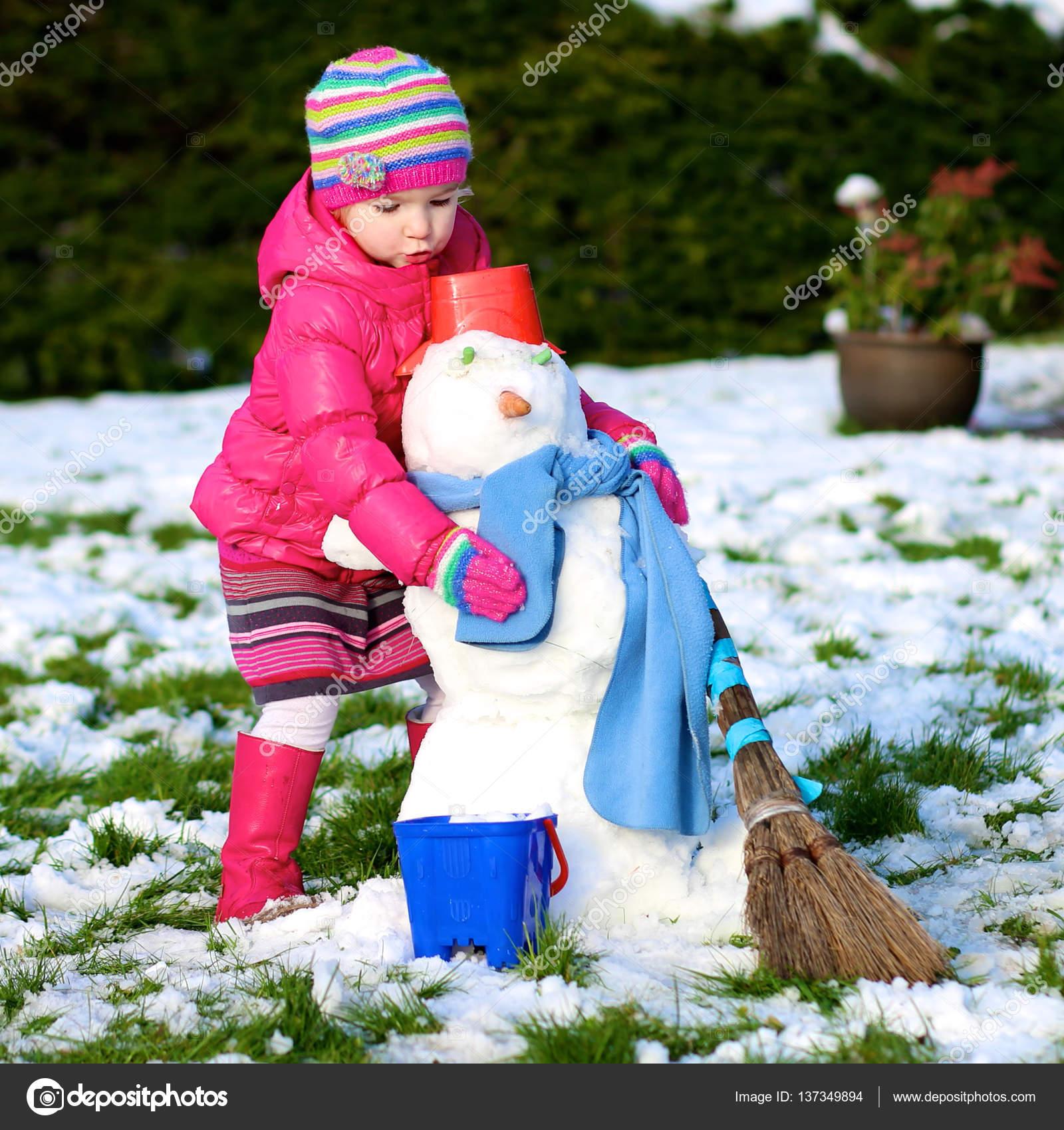 Ni o peque o jugando al aire libre en invierno foto de - Foto nino pequeno ...