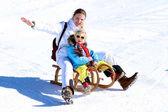 Matka a dítě těší zimní prázdniny
