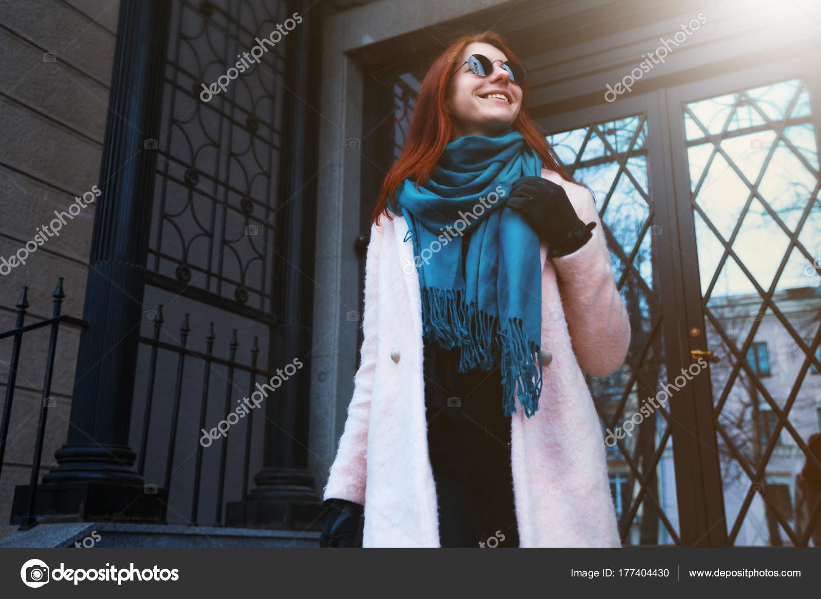 sluchaynie-foto-devushek-na-ulitsah-v-krasivom-palto-strip-bar-skritaya-kamera