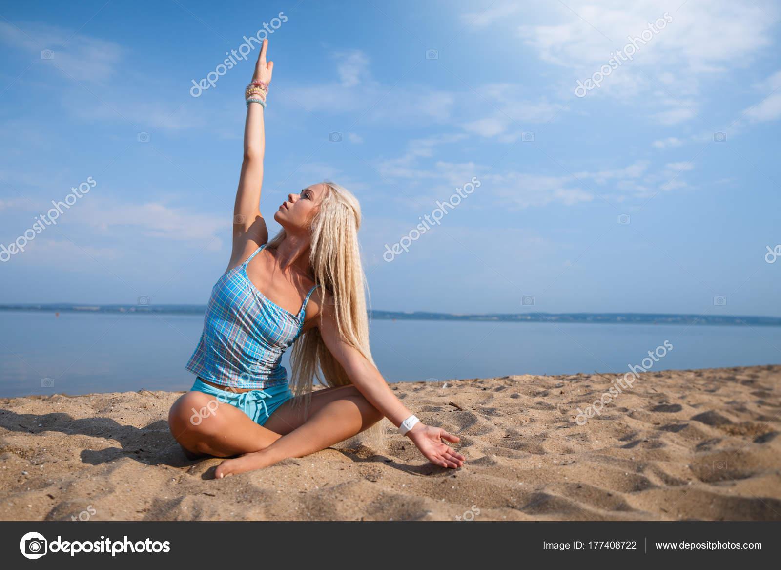 Длинноволосая блондинка на пляже, красивый русский секс стоя