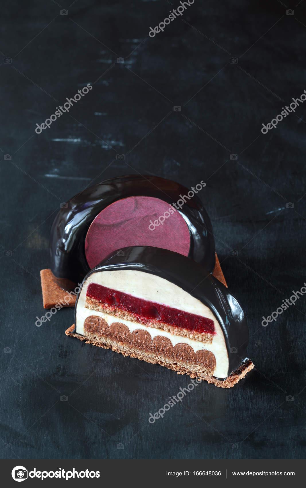 Zeitgenössische Kirsche Schokoladenmousse Kuchen — Stockfoto © Miuda ...