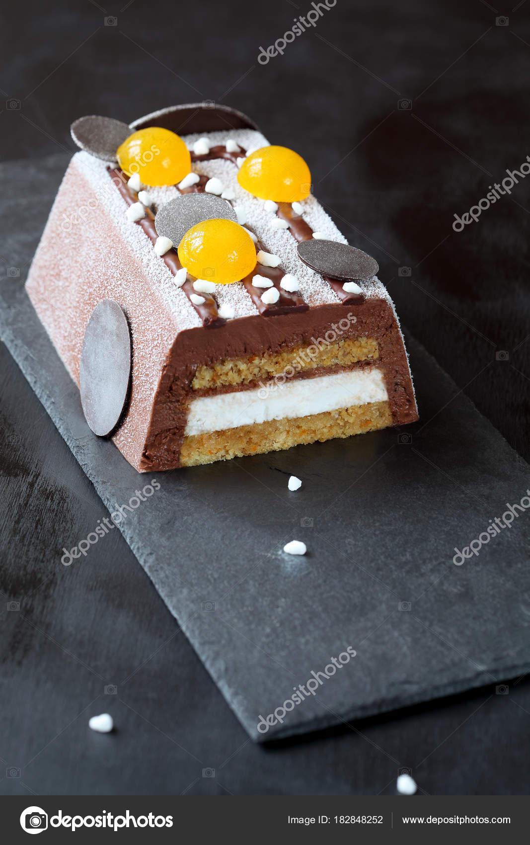 Zeitgenössische Vegan Chocolate Mousse Cake Bedeckt Mit Weißem Samt ...