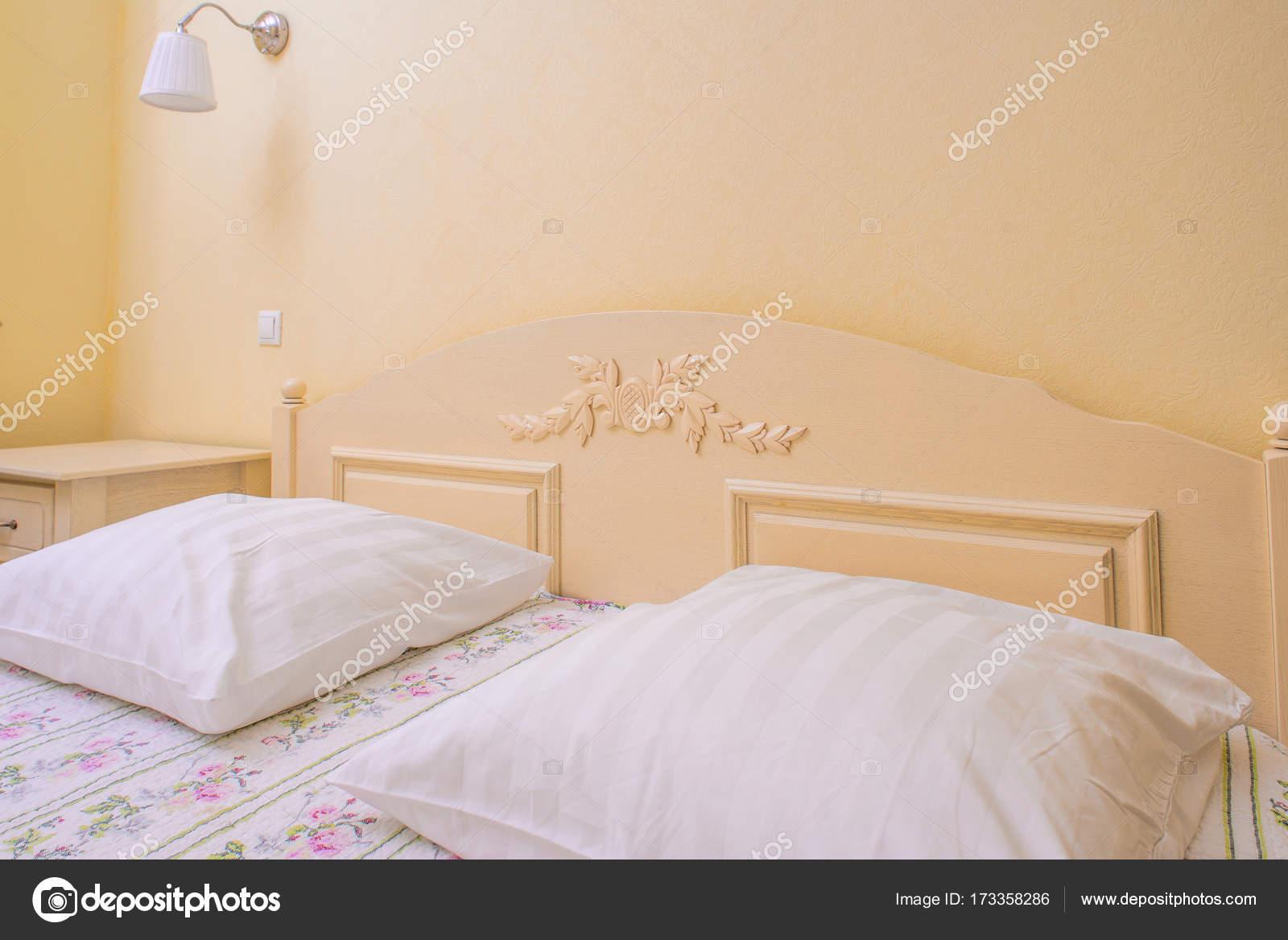 interno camera da letto gialla — Foto Stock © ShmelevaNatalie #173358286