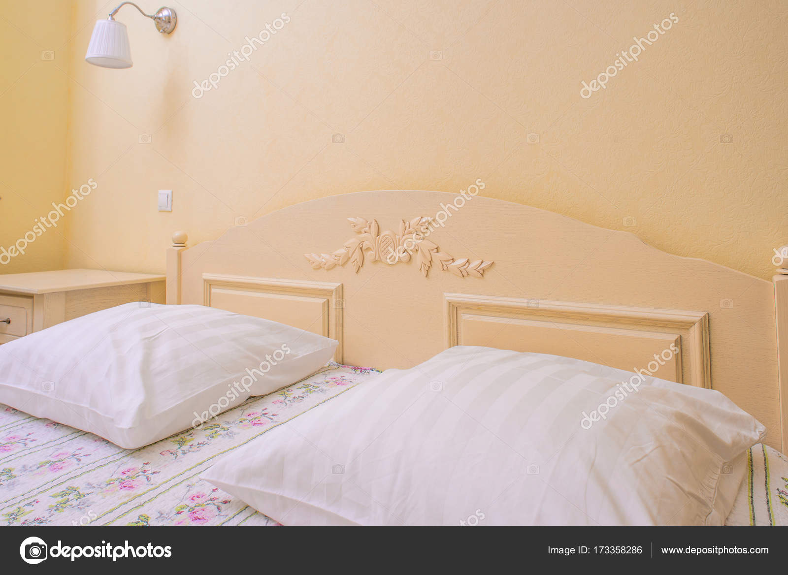 gele slaapkamer interieur — Stockfoto © ShmelevaNatalie #173358286