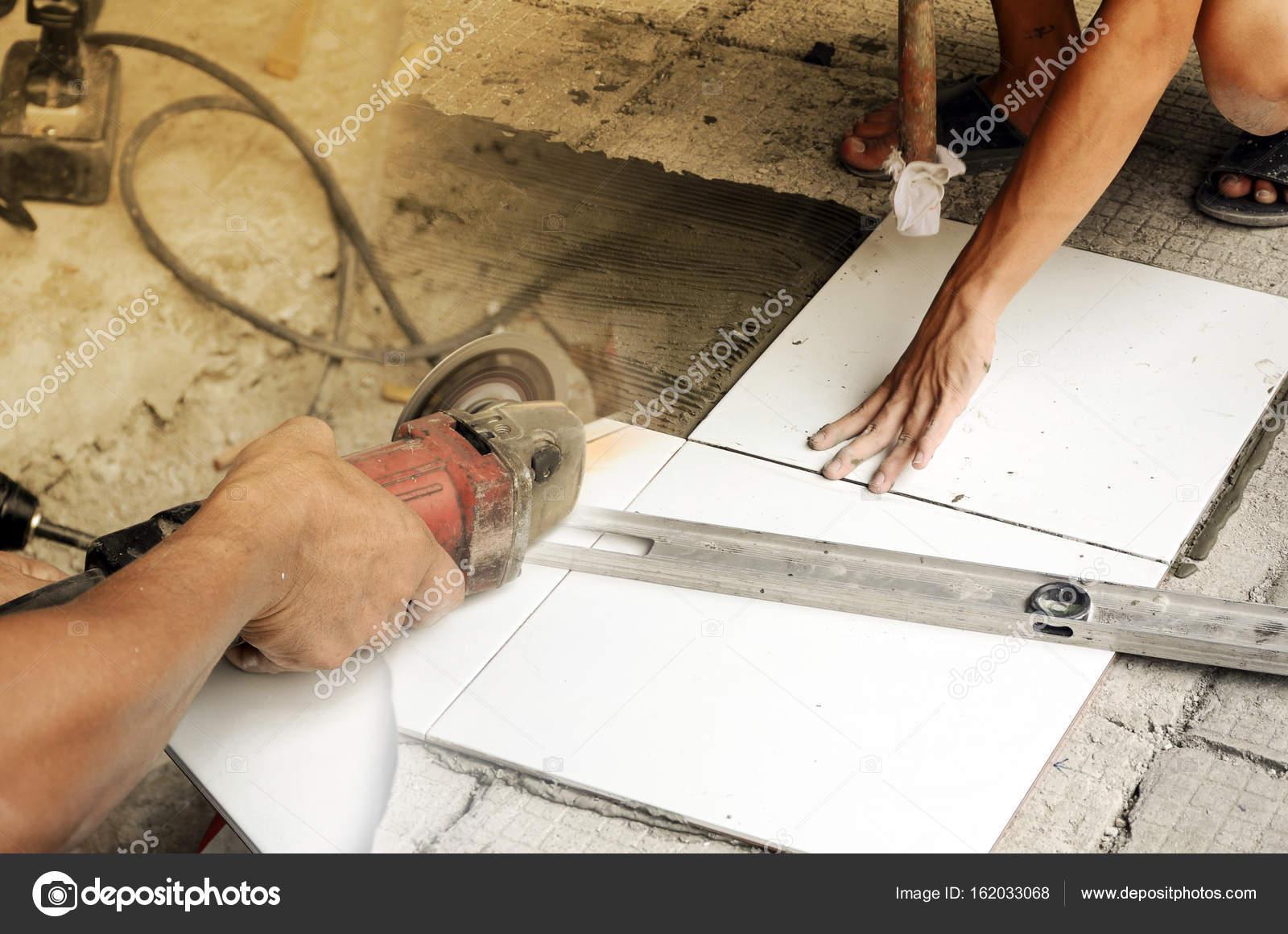 home renovierung. fliesen schneiden und bodenbelag — stockfoto