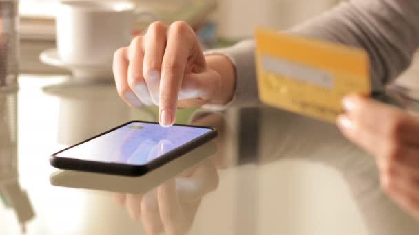Großaufnahme einer Frau beim Online-Kauf von Handynummern mit Guthaben