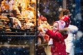 Fotografie Kinder Blick auf Süßigkeiten und Gebäck auf Weihnachtsmarkt