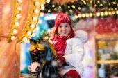 Fotografie Kind-reiten-Karussell auf dem Weihnachtsmarkt