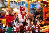 Fotografie Kinder reiten Karussell auf dem Weihnachtsmarkt