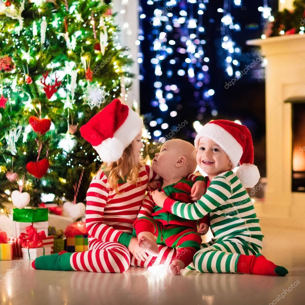 Foto Di Natale Con Bambini.Bambini In Pigiama Sotto L Albero Di Natale Foto Stock