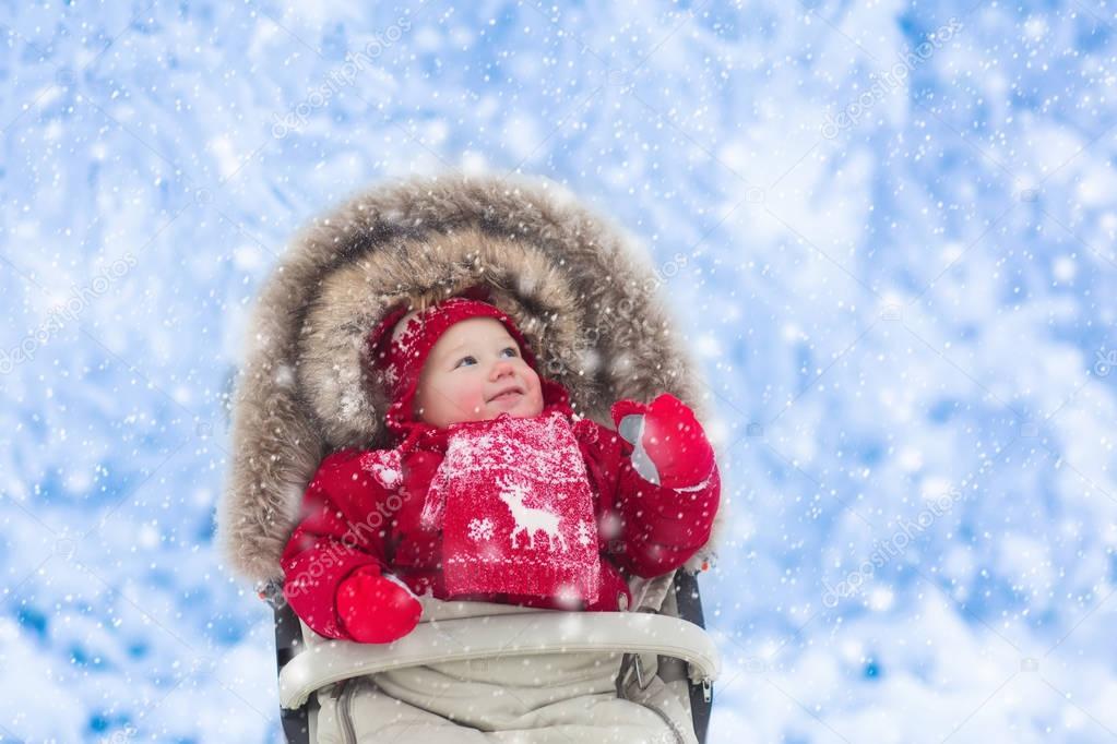 6d317725d Baby in kinderwagen in winter park met sneeuw — Stockfoto ...