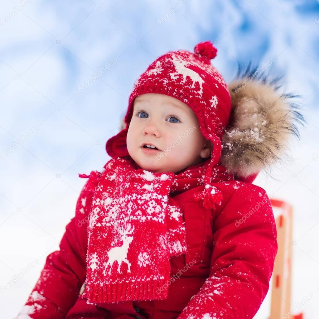 Los niños jugar en la nieve. Paseo en trineo invierno para niños ...