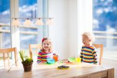 Děti, které jedí snídaně doma. Ovoce a mléko pro děti