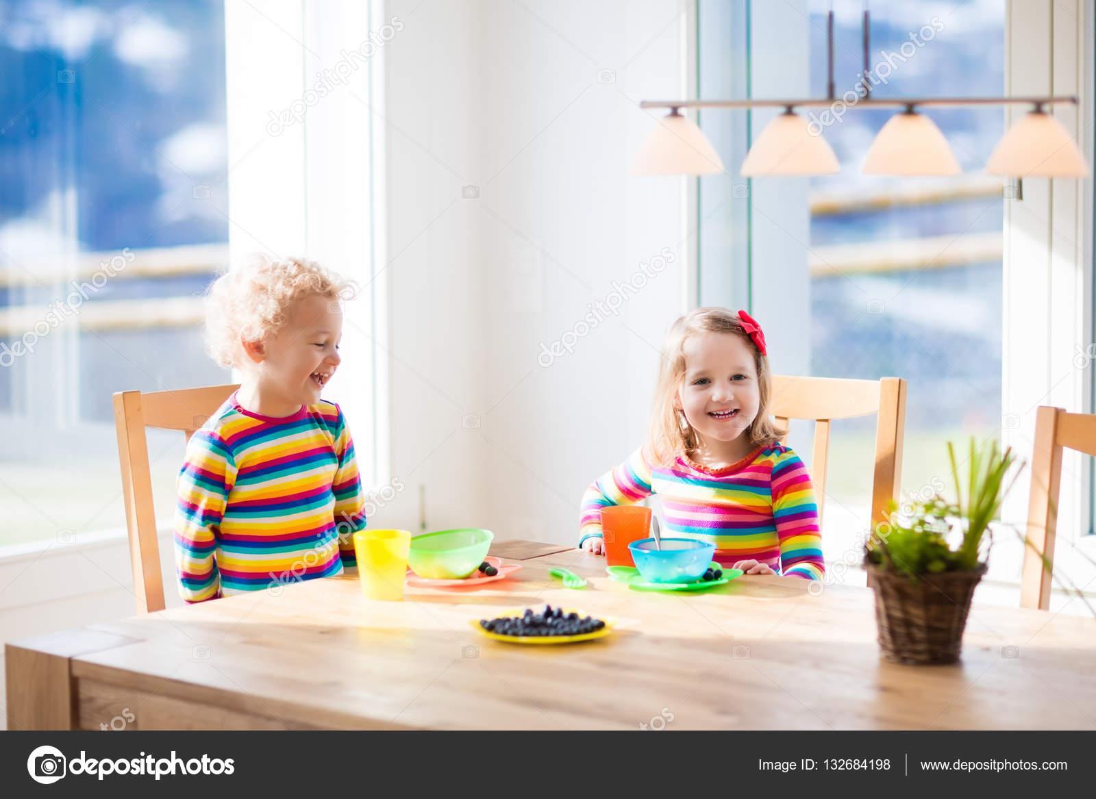 Kinder essen Frühstück zu Hause. Obst und Milch für Kinder ...