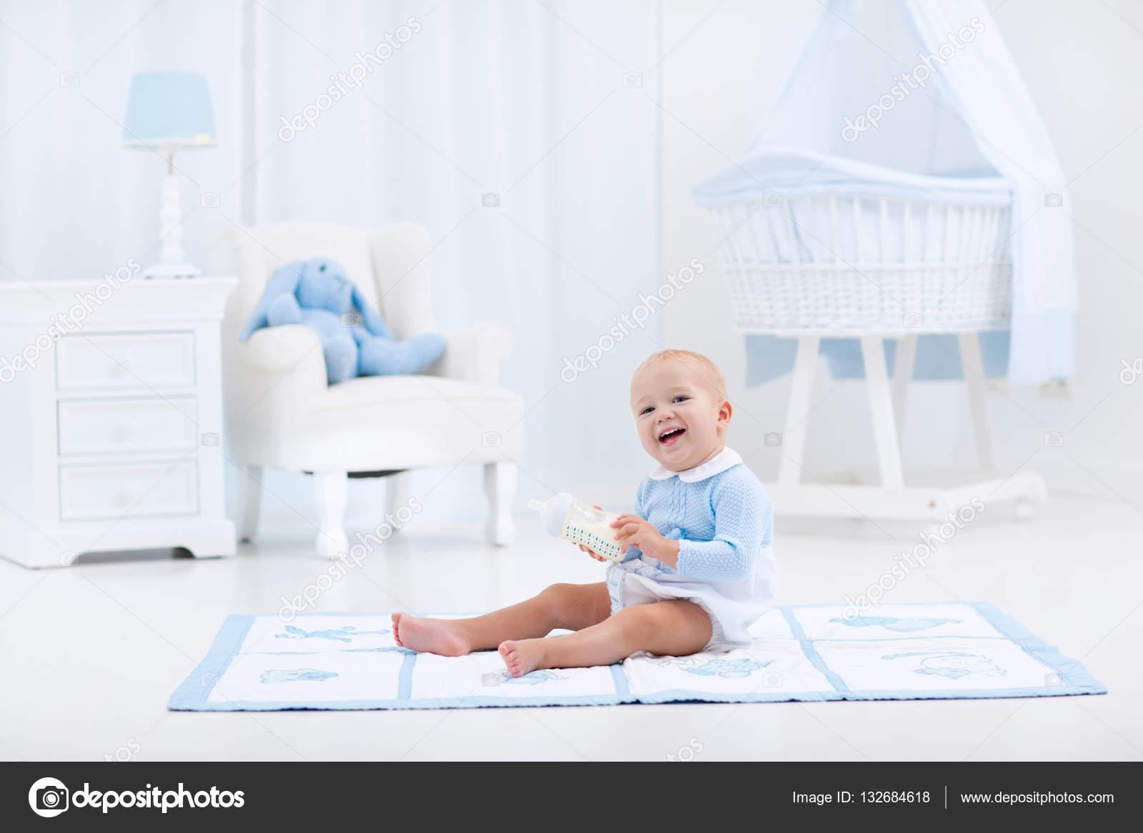 Baby boy mit flasche trinken milch oder formel u2014 stockfoto