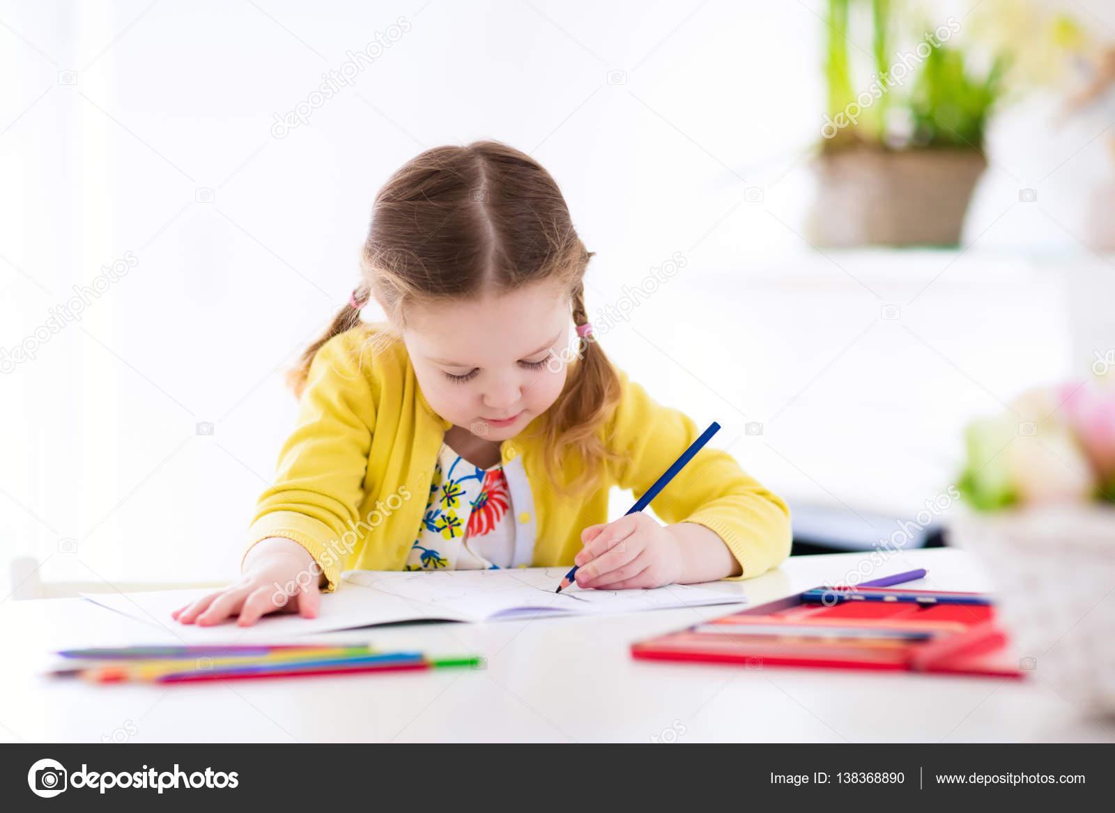 Fotos de Los niños leen, escriben y pintan. Niño haciendo ...