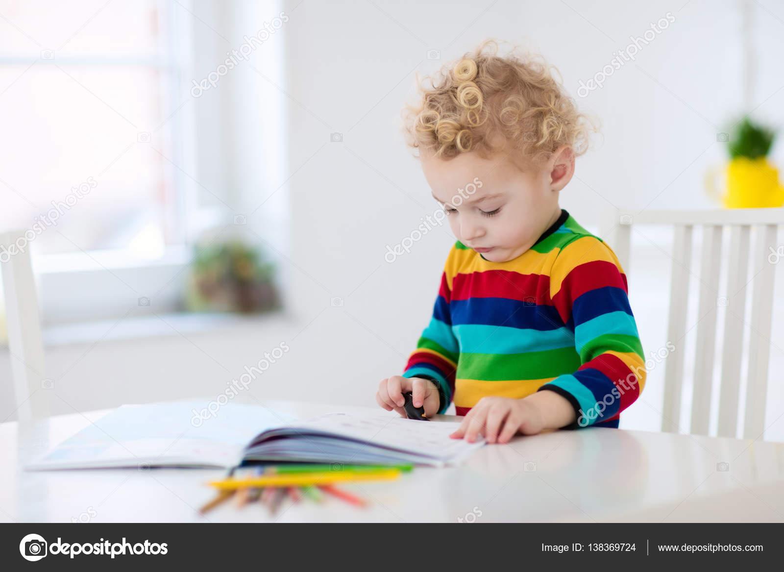 Kinder lesen, schreiben und malen. Kind Hausaufgaben — Stockfoto ...