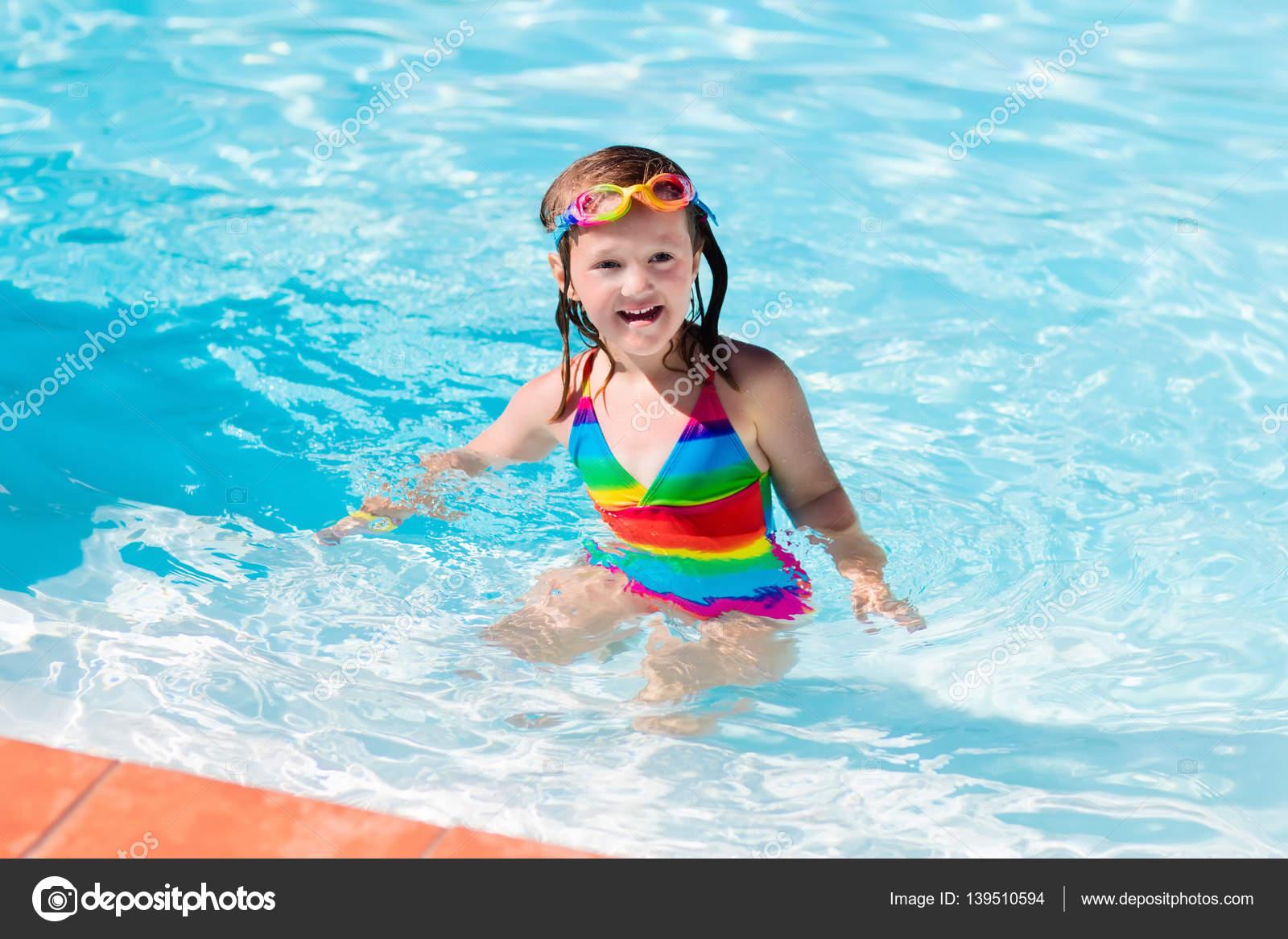 542719c66d78b Glückliche kleine Mädchen lernen zu schwimmen und Tauchen im Schwimmbad im  Freien an heißen Sommertag in tropischen Resort. Kind trägt Brille und  bunten ...