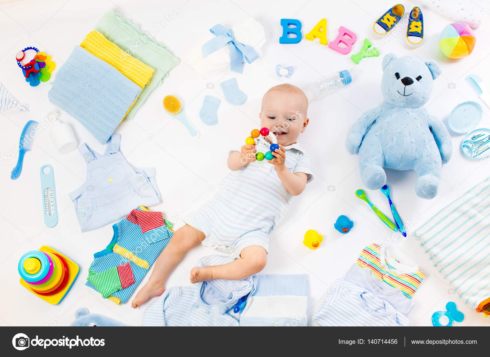6640824cc Bebé sobre fondo blanco con accesorios de ropa