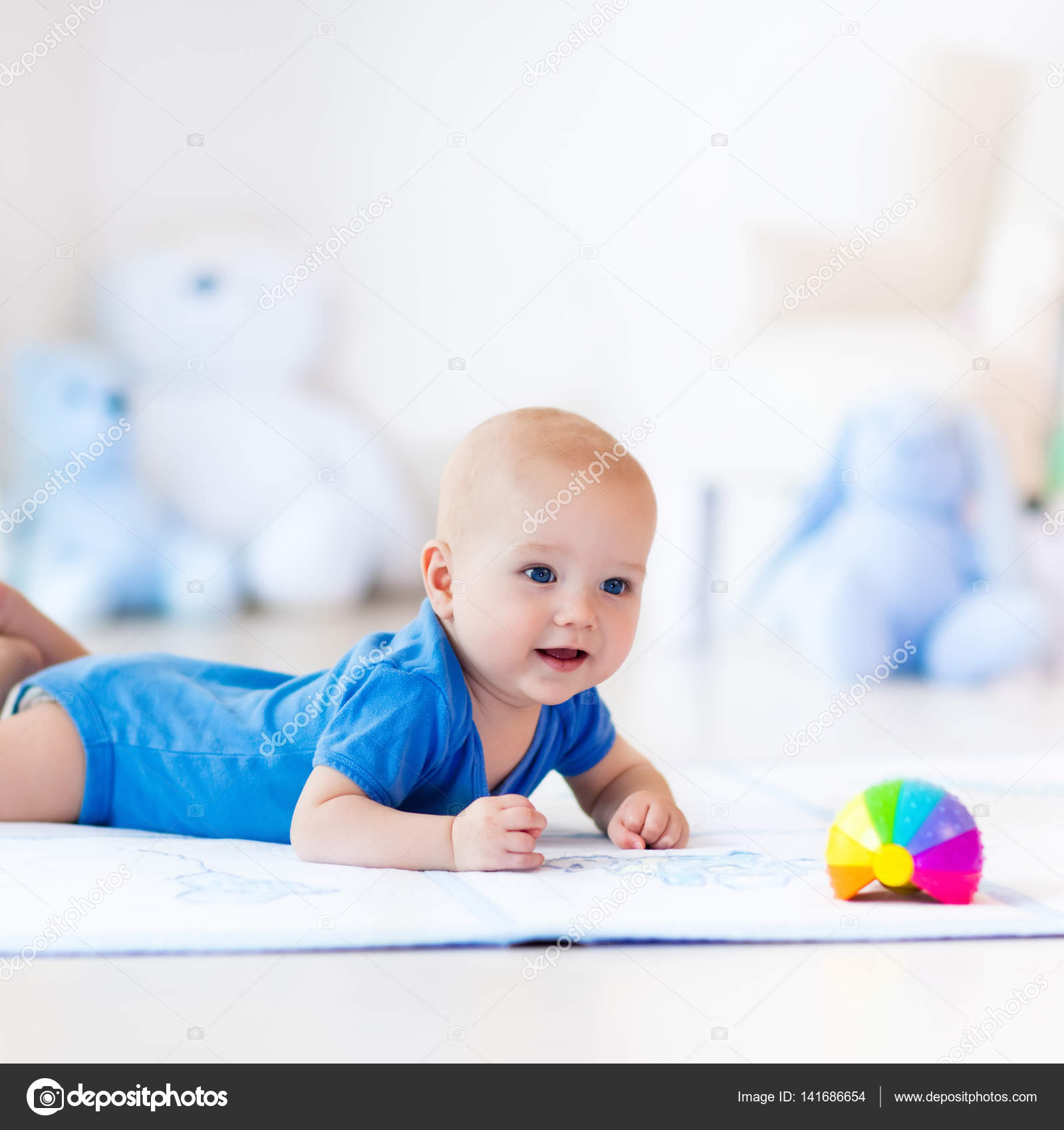 baby junge spielt mit spielzeug ball stockfoto. Black Bedroom Furniture Sets. Home Design Ideas