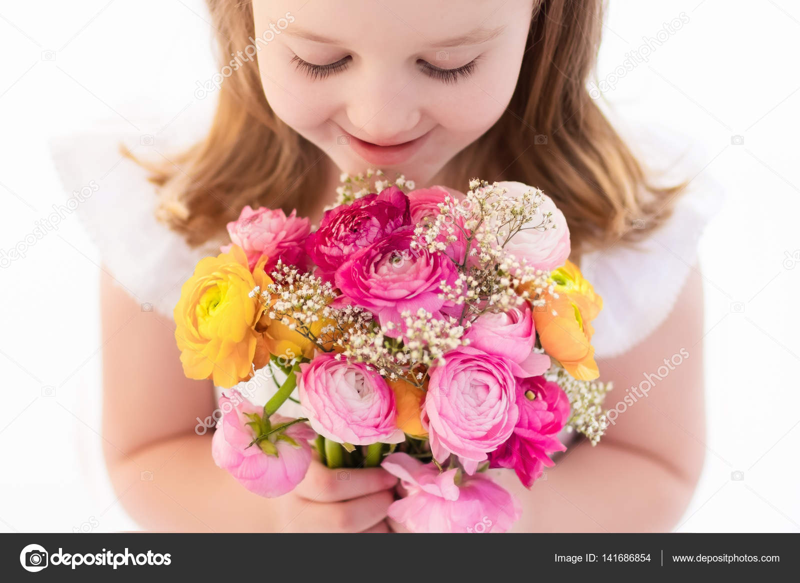 Kleines Mädchen mit Blumenstrauß — Stockfoto © FamVeldman #141686854