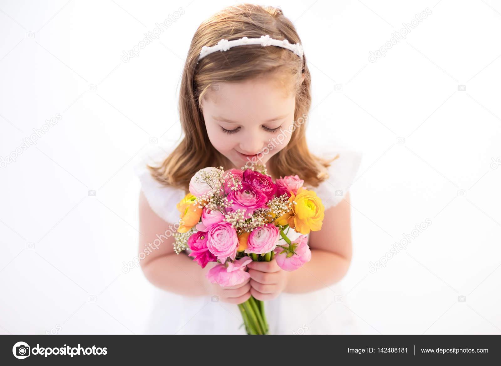 Kleines Mädchen mit Blumenstrauß — Stockfoto © FamVeldman #142488181