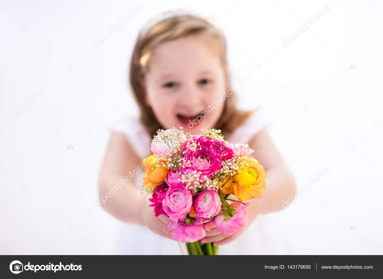 Kleines Mädchen mit Blumenstrauß — Stockfoto © FamVeldman #143179695