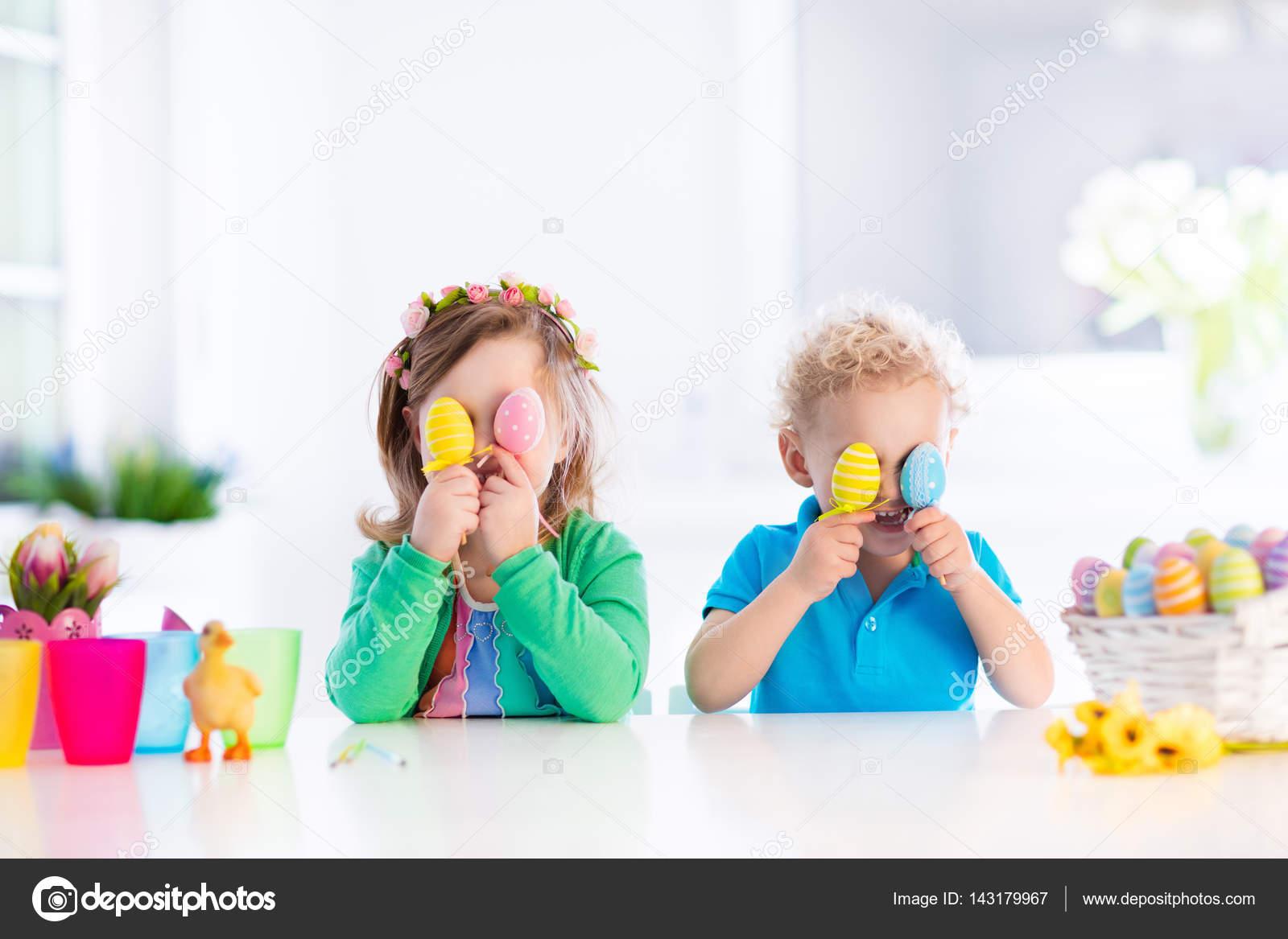 Renkli Paskalya Yumurta Yumurta üzerinde çocuklarla Avlamak Stok