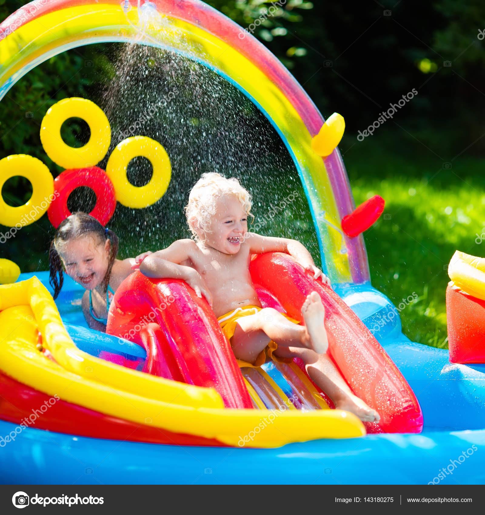 Niños jugando en la piscina inflable — Foto de stock © FamVeldman ...
