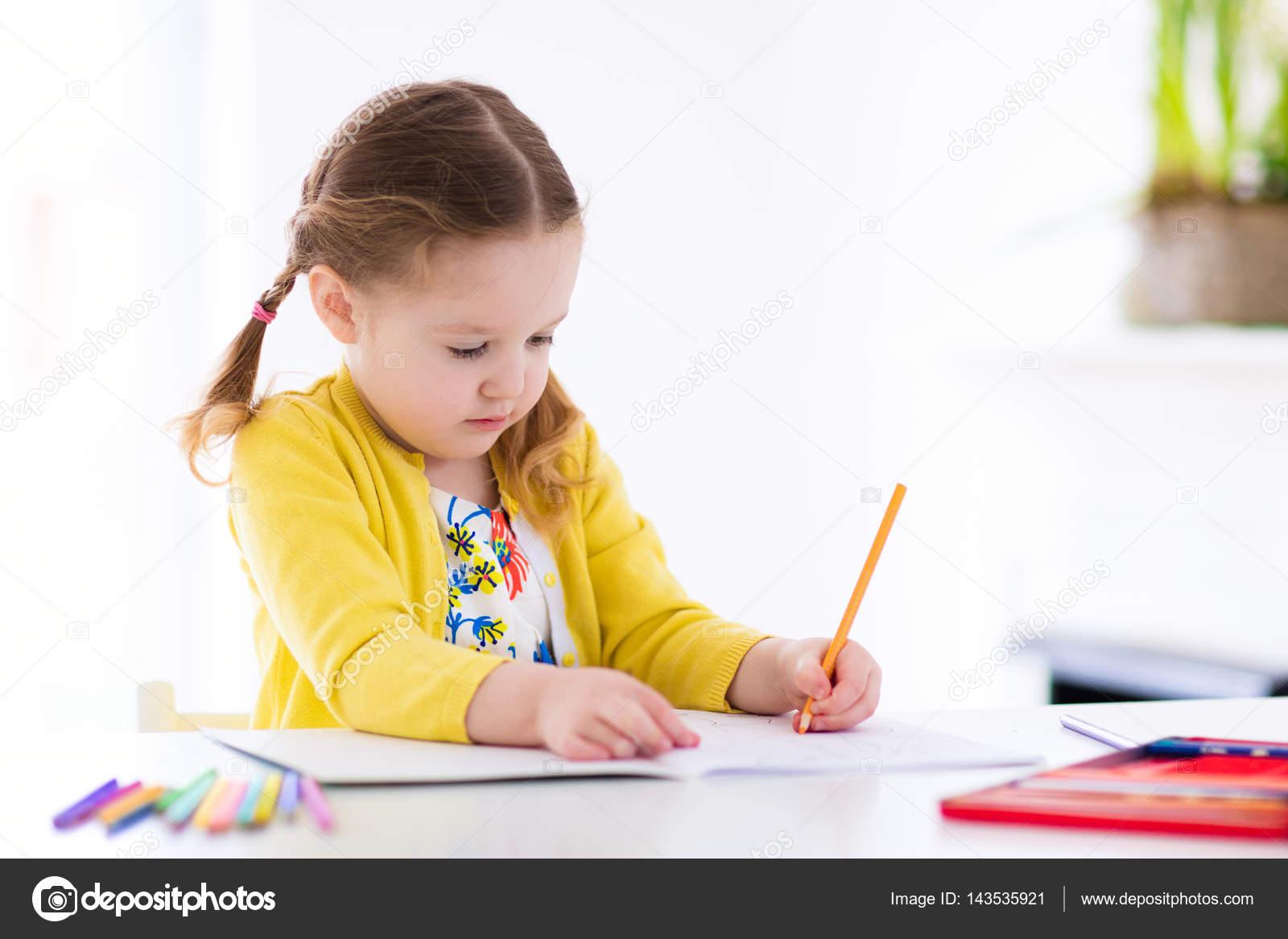 Los niños, leer, escriben y pintaran. Niño haciendo la ...