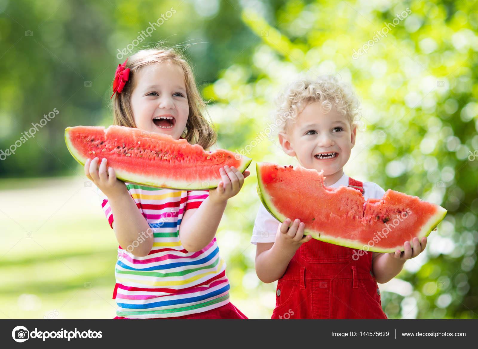 Niños Comiendo Sandía En El Jardín