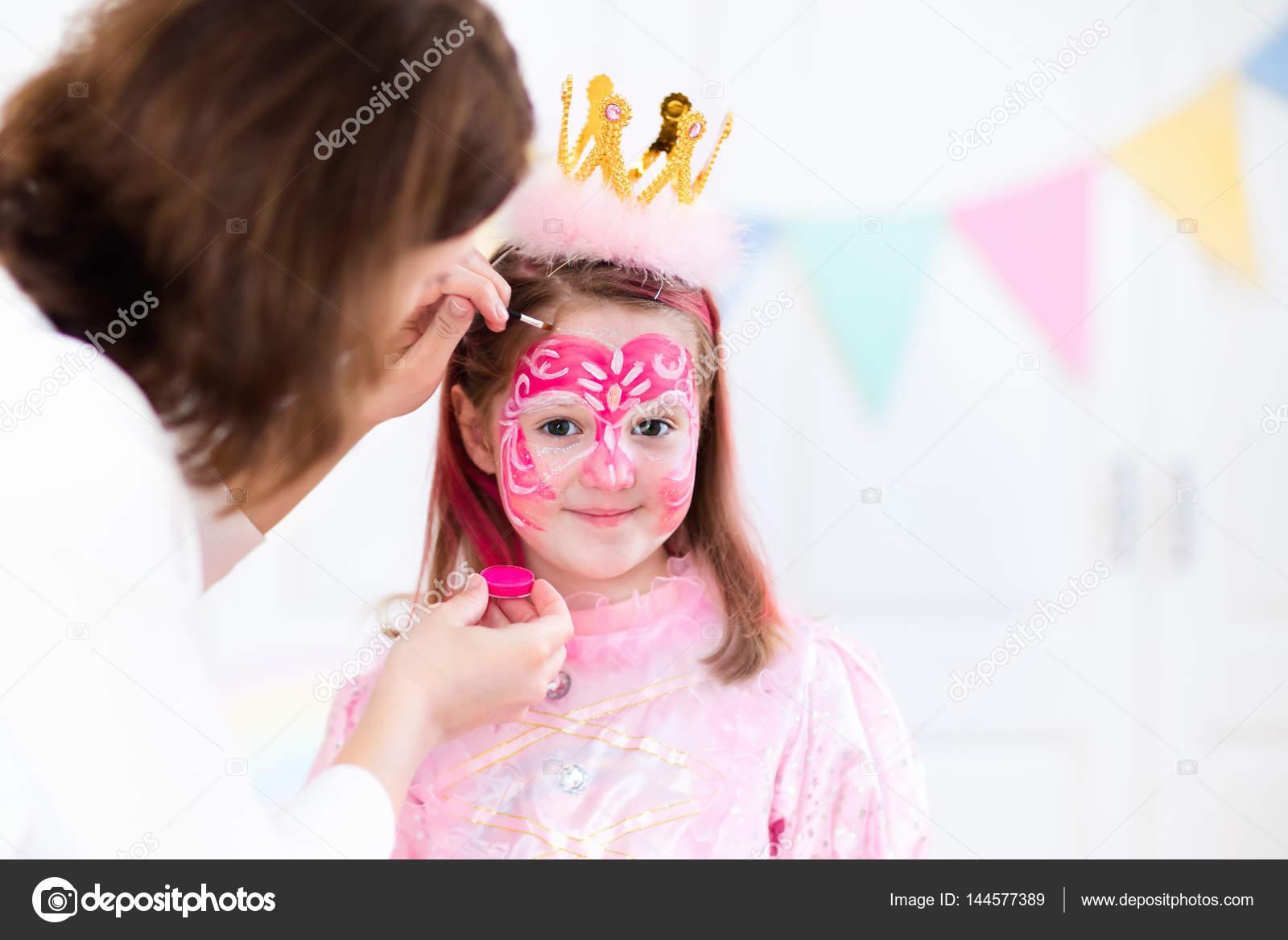 Pintura de la cara para pequeña fiesta de cumpleaños de niña — Foto ...