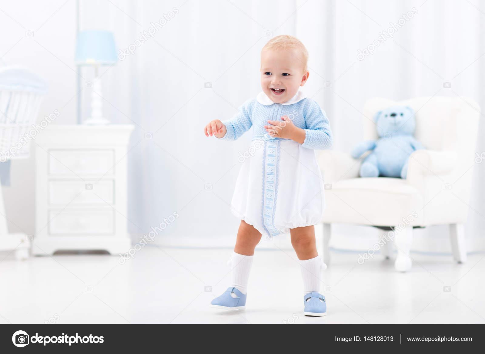 Ersten schritte der jungen laufen lernen u stockfoto famveldman