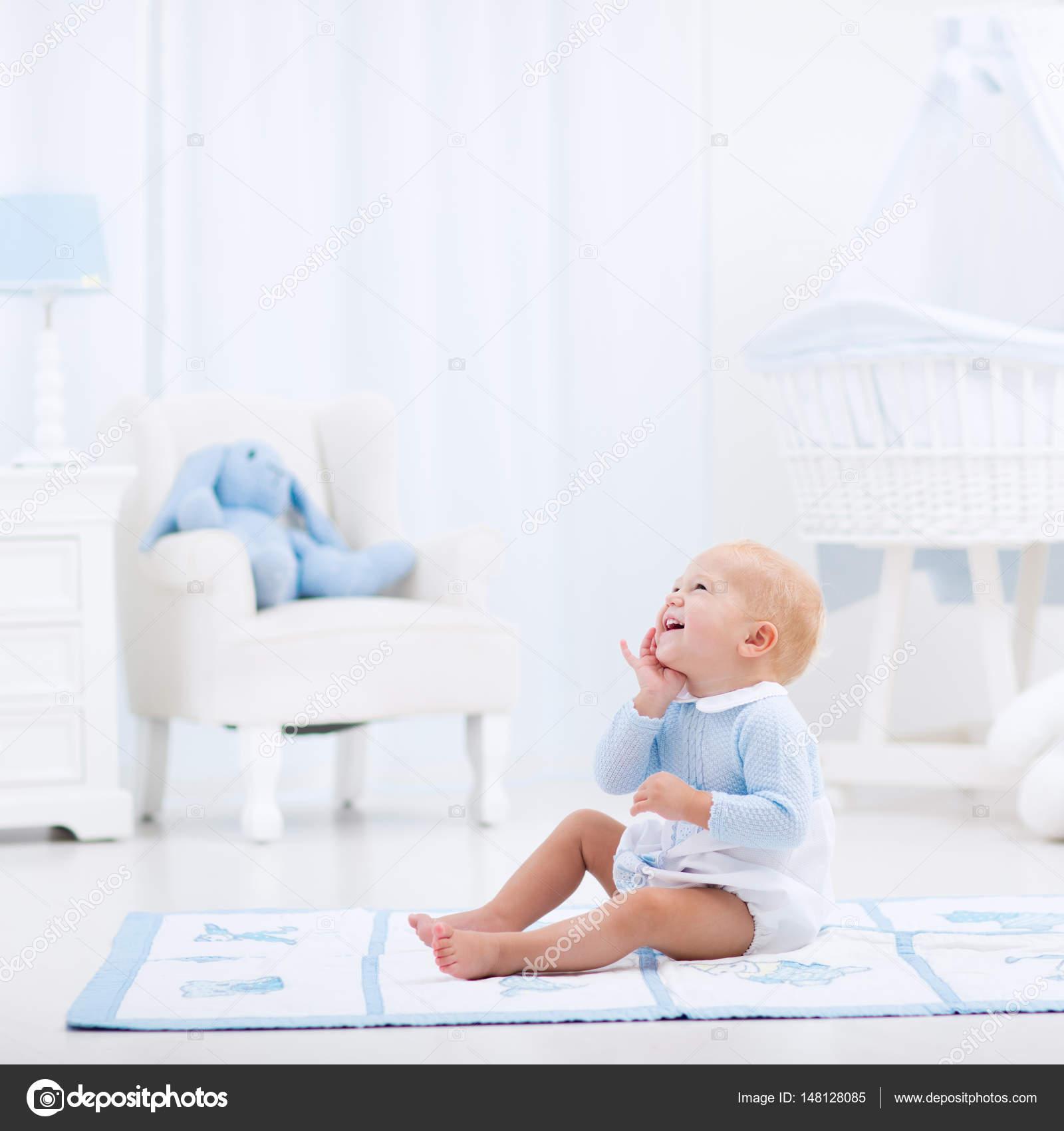 Niño jugando en el dormitorio — Fotos de Stock © FamVeldman #148128085