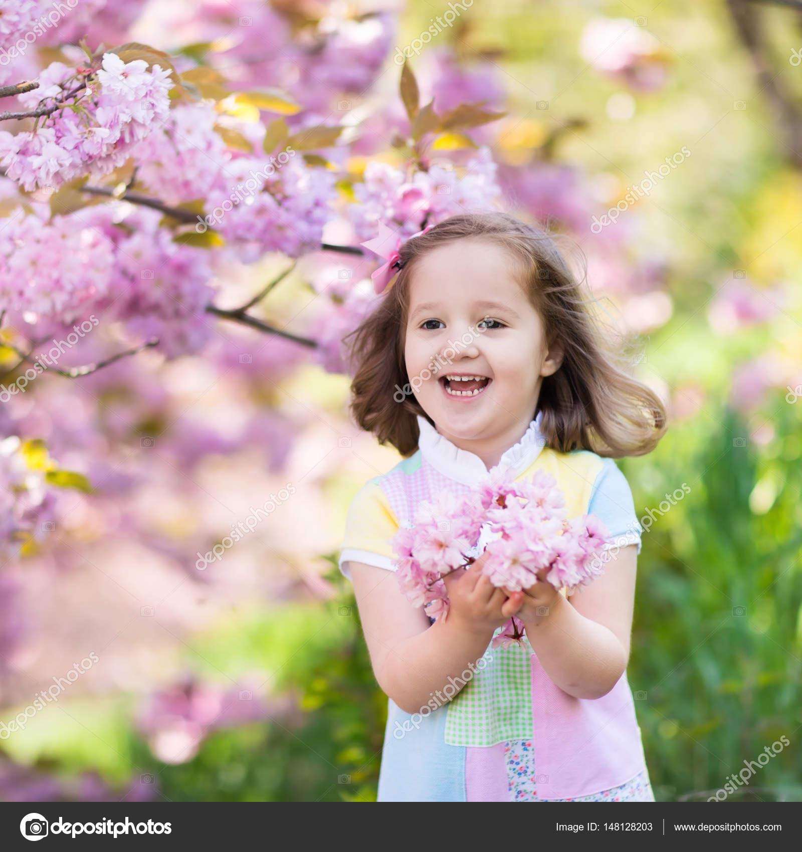 Niña con flor de cerezo — Fotos de Stock © FamVeldman #148128203