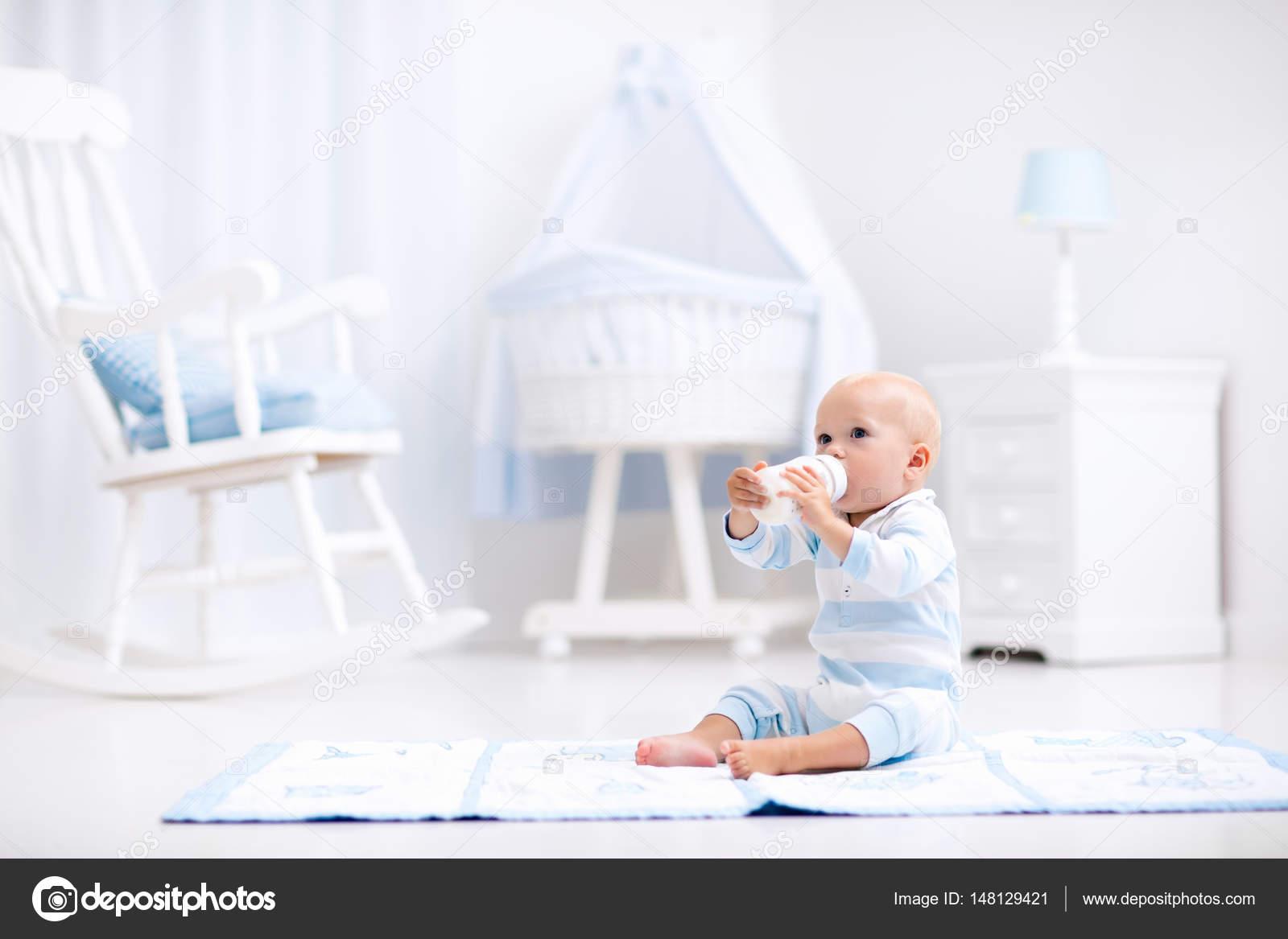 Baby boy trinkmilch in sonnigen kindergarten u2014 stockfoto