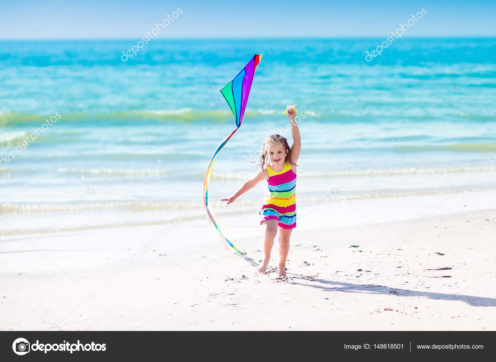 Cervo volante di volo di bambino sulla spiaggia tropicale for Disegni di casa sulla spiaggia tropicale