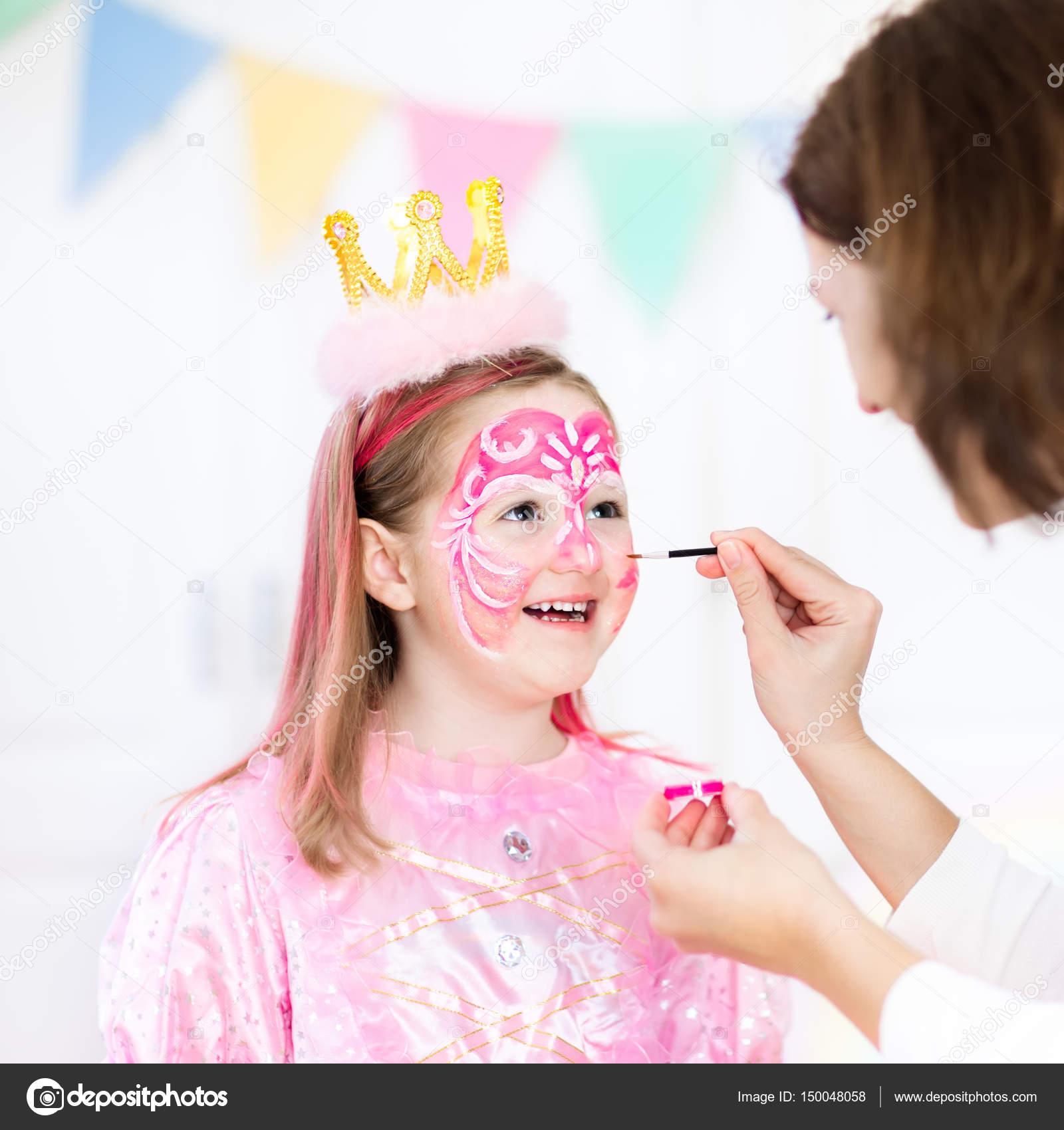Pintura de la cara para pequeña fiesta de cumpleaños de niña — Fotos ...