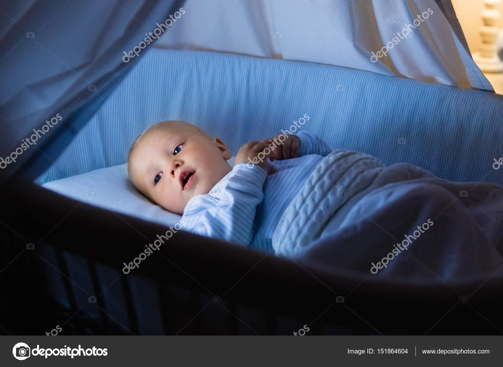 Baby boy konsummilch im bett u2014 stockfoto © famveldman #151864604