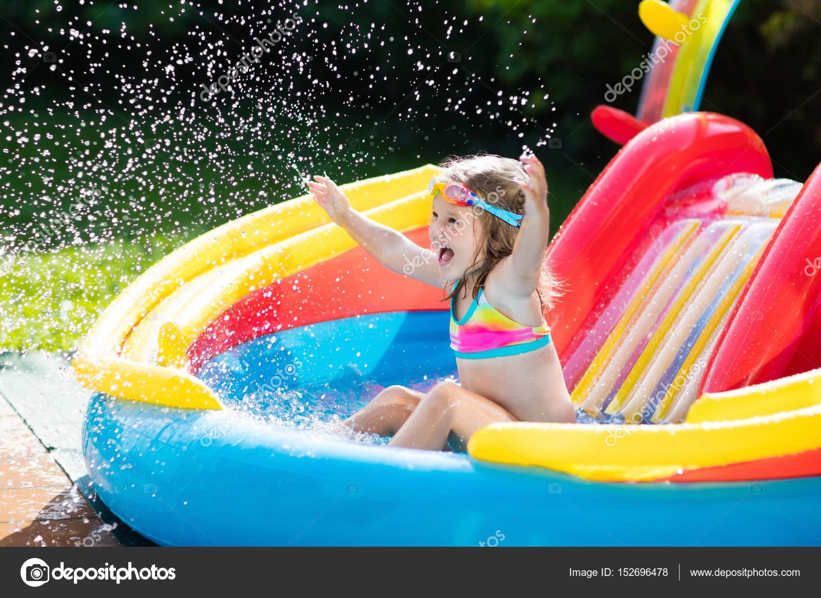 Swimmingpool im garten kinder  Kind im Garten Schwimmbad mit Rutsche — Stockfoto © FamVeldman ...