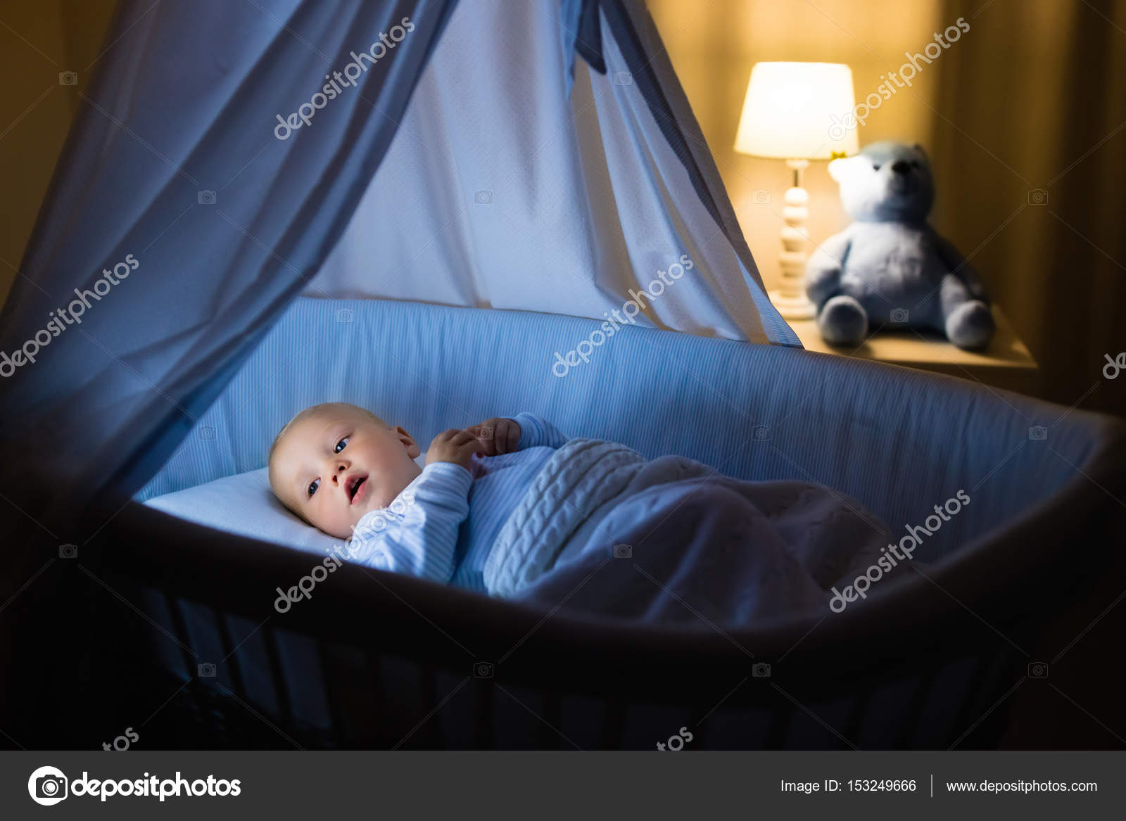 Baby boy konsummilch im bett u2014 stockfoto © famveldman #153249666