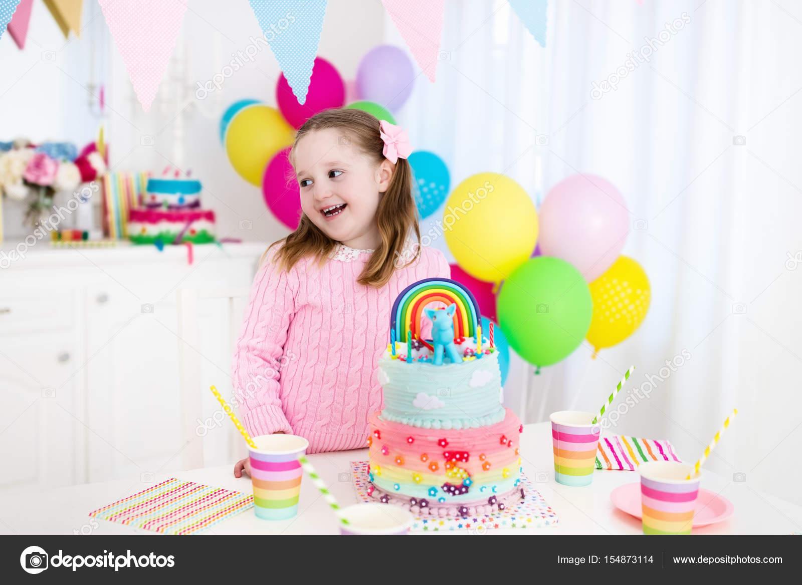 Los niños fiesta de cumpleaños con torta — Foto de stock ...