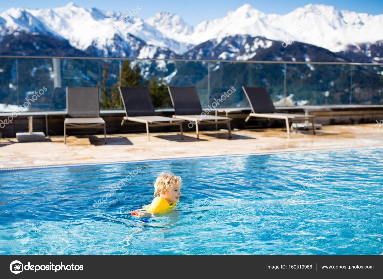Kind im Außenpool des alpine resort — Stockfoto © FamVeldman #160319966