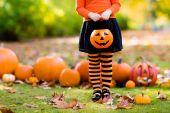 Boszorkányjelmezes kislány Halloweenkor csokit vagy csalunk